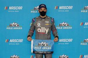 Pole galibi Alex Bowman, Hendrick Motorsports, Chevrolet Camaro Ally