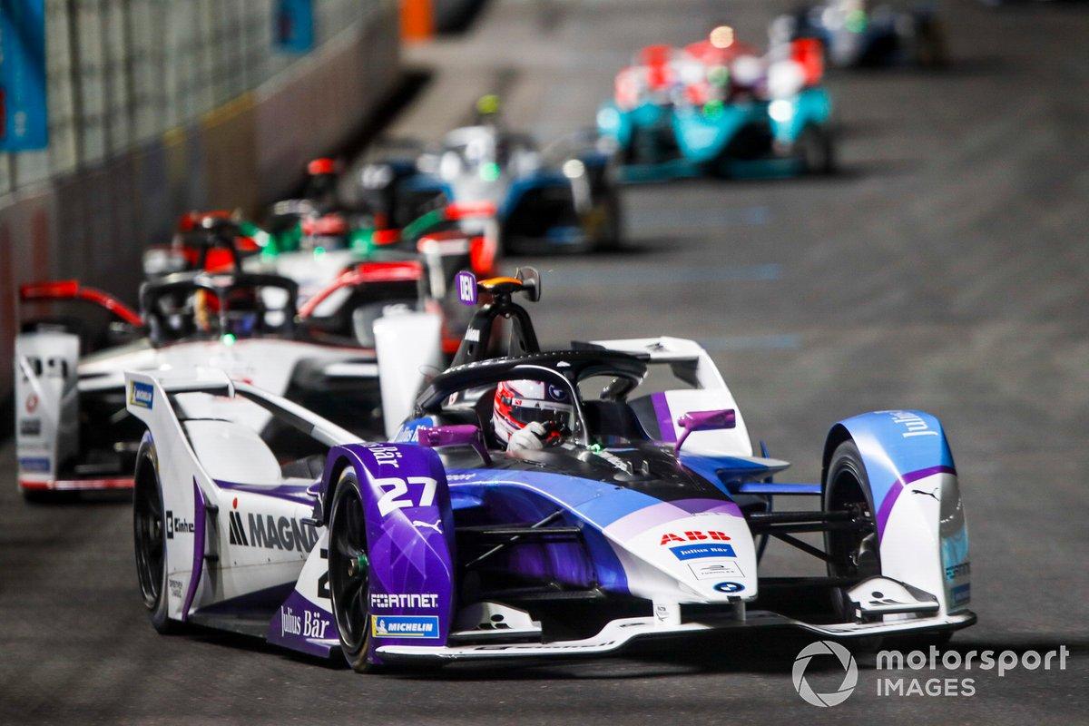Jake Dennis, BMW I Andretti Motorsport, BMW iFE.21, por delante de Pascal Wehrlein, Tag Heuer Porsche, Porsche 99X Electric