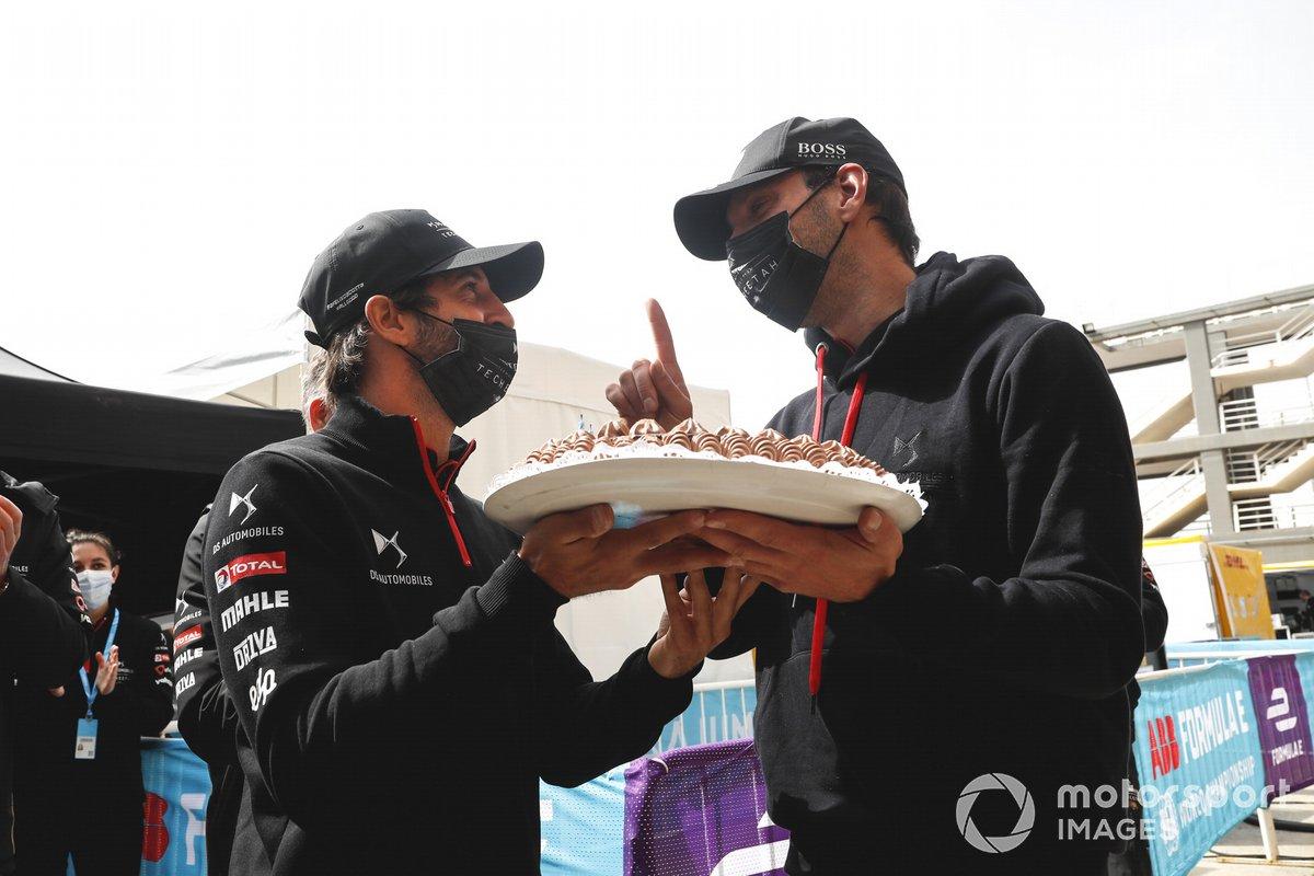 Jean-Eric Vergne, DS Techeetah recibe su tarta de cumpleaños de Antonio Felix Da Costa, DS Techeetah