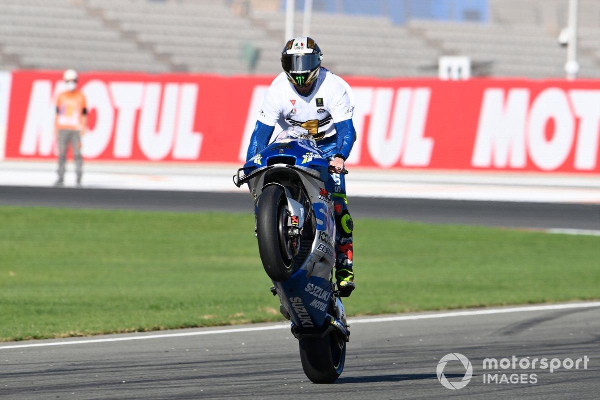 Joan Mir, Team Suzuki MotoGP, merayakan titel dunia MotoGP 2020 dengan wheelie
