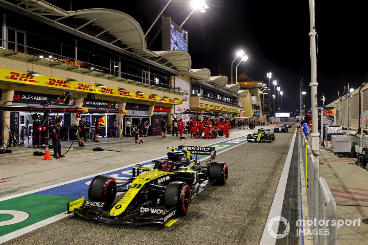 Esteban Ocon, Renault F1 Team R.S.20, Daniel Ricciardo, Renault F1 Team R.S.20, in pit lane