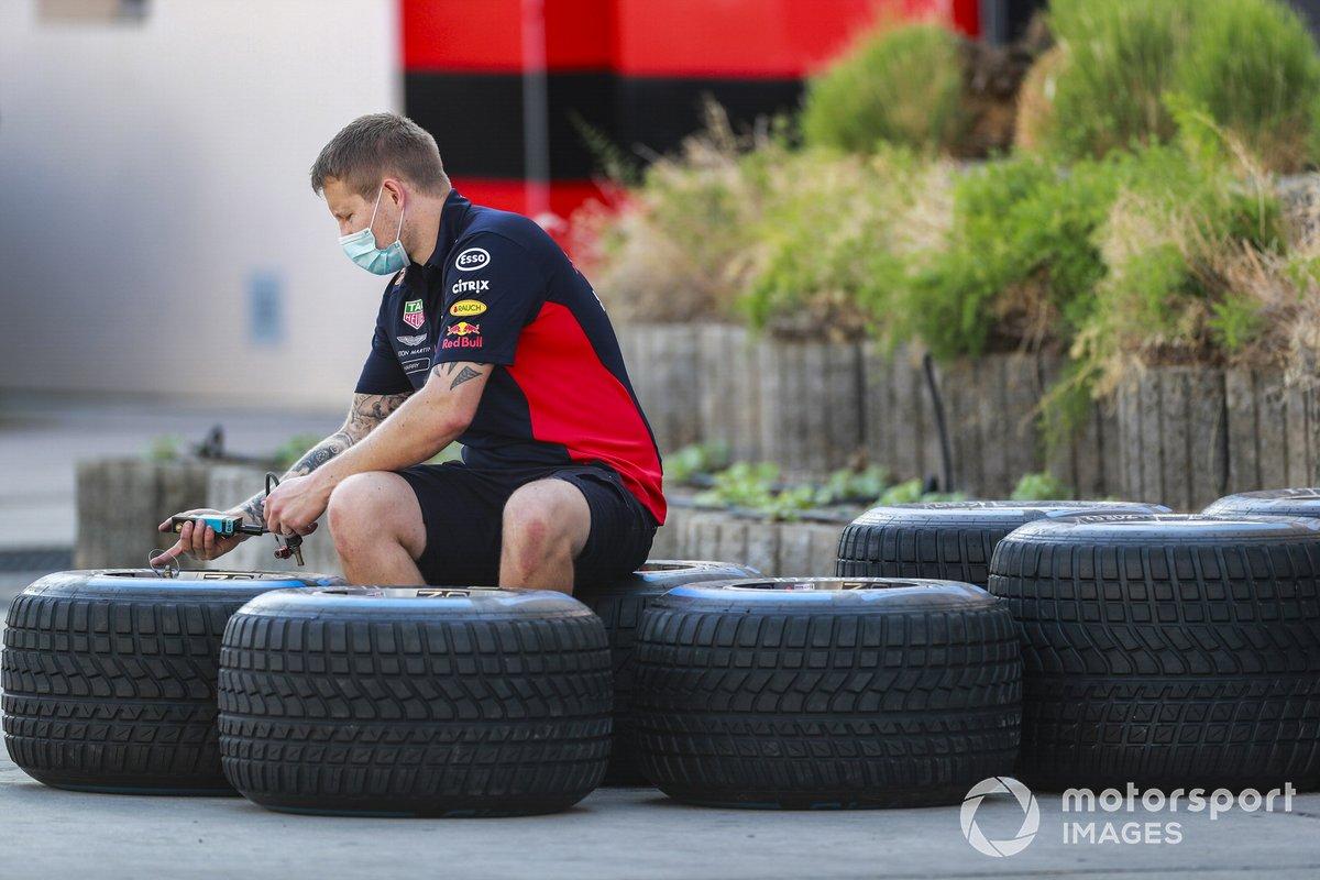 Un mecánico de Red Bull revisa los neumáticos