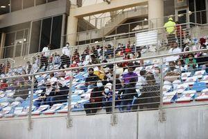 Fans con distancia social en una tribuna