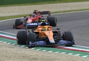 Ландо Норрис, McLaren MCL35M, Шарль Леклер, Ferrari SF21