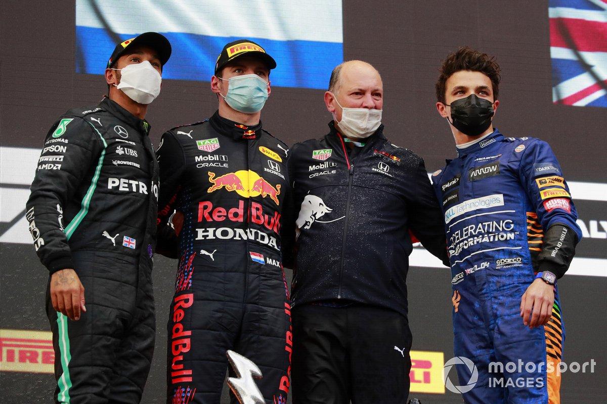 Podio: segundo lugar Lewis Hamilton, Mercedes, ganador Max Verstappen, Red Bull Racing, y el tercer lugar Lando Norris, McLaren