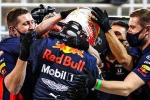 Max Verstappen, Red Bull Racing, celebra con su equipo después de asegurarse la pole position