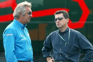 Flavio Briatore, team manager de Renault F1, en discussion avec Julian Jakobi, CSS Stellar Management, manager de Juan Pablo Montoya, Williams