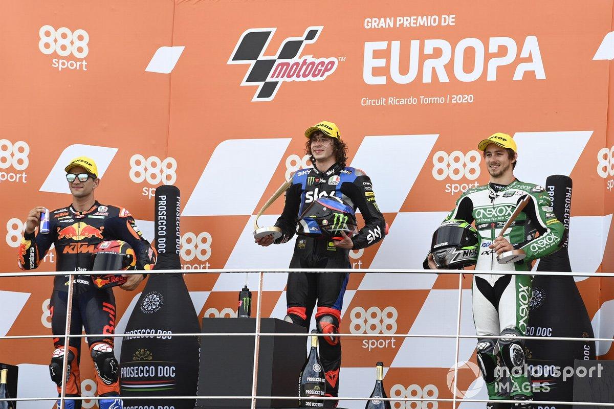 El ganador de la carrera Marco Bezzecchi, Sky Racing Team VR46, segundo lugar Jorge Martin, Red Bull KTM Ajo, tercer lugar Remy Gardner, SAG Racing Team