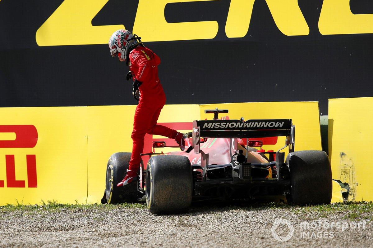 Charles Leclerc, Ferrari SF21, choca contra el muro