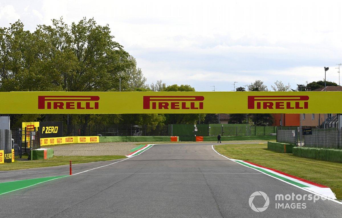 Carteles de Pirelli en Imola