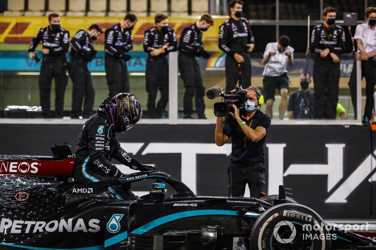 Lewis Hamilton, Mercedes-AMG F1, 3ª posición, sale de su coche después de hacer donuts al final de la carrera
