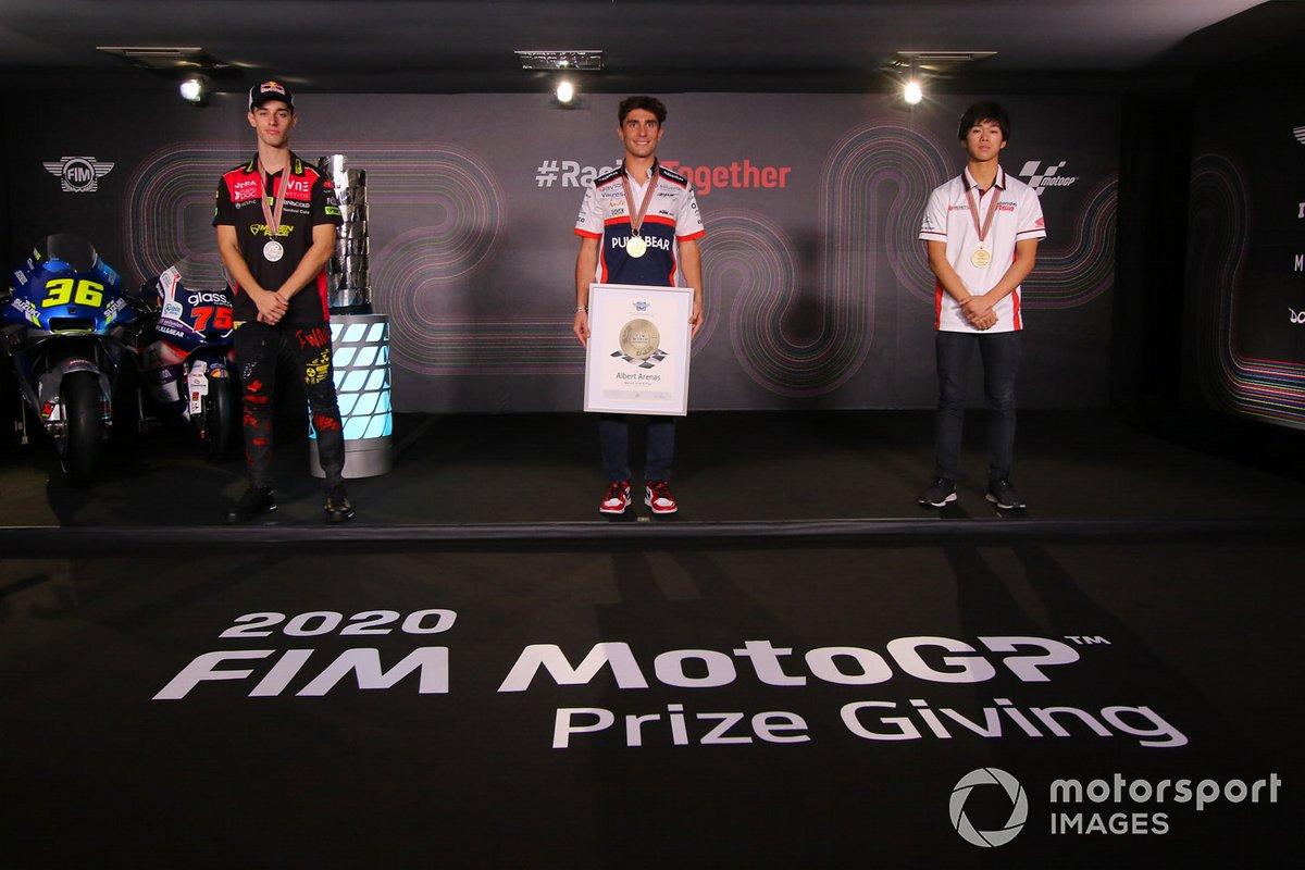 Campeón del mundo 2020 de Moto3, Albert Arenas, Aspar Team, con el segundo, Tony Arbolino, Snipers Team, y el tercero Ai Ogura, Honda Team Asia