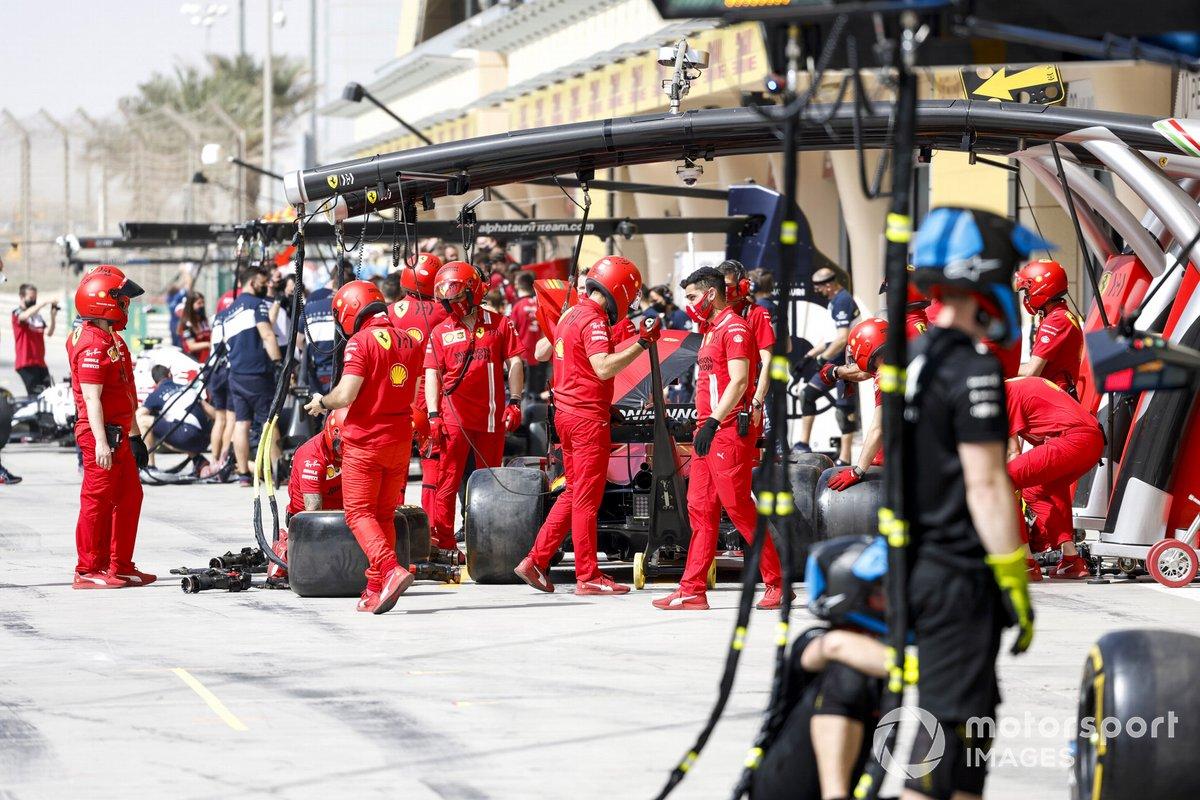 Ferrari practica paradas en boxes en el pitlane