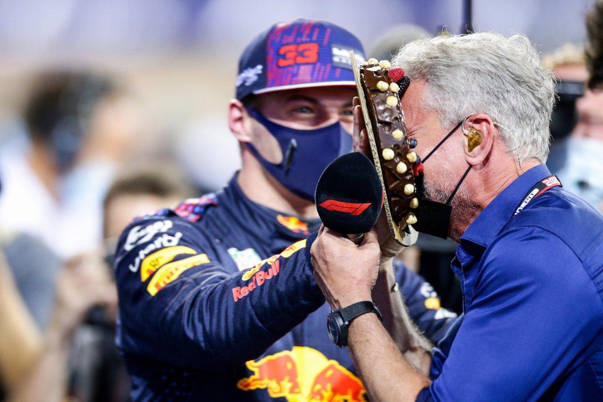 Ganador de la pole Max Verstappen, Red Bull Racing con David Coulthard le da un pastelazo