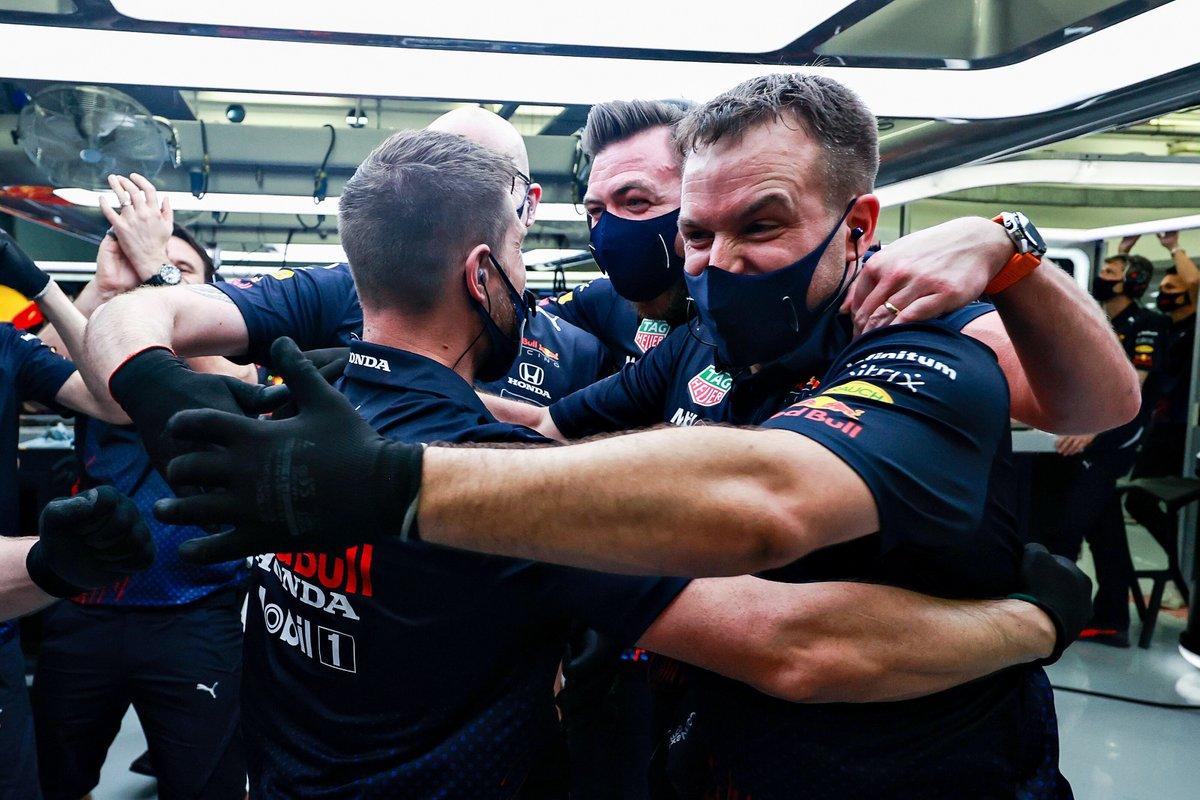 Los miembros del equipo Red Bull Racing celebran la pole position