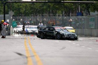 Bernd Maylander, AMG Mercedes Benz CLK DTM, se choca contra una cubierta de alcantarilla