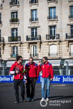 Jérôme d'Ambrosio, Mahindra Racing, parcourt la piste à pied avec son équipe