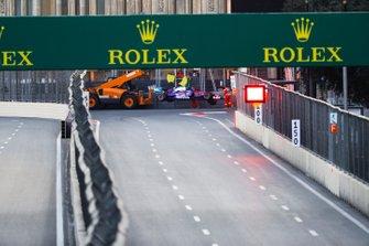 Les commissaires évacuent la monoplace accidentée de Daniil Kvyat, Toro Rosso STR14