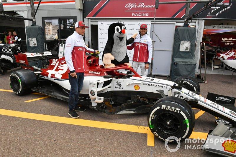 Kimi Raikkonen, Alfa Romeo Racing e Antonio Giovinazzi, Alfa Romeo Racing posa per una foto con una talpa