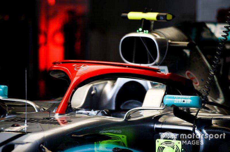 L'Halo rosso su una Mercedes AMG F1 W10, nel garage