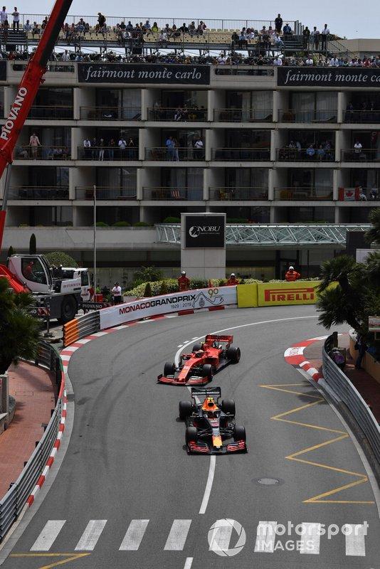 Pierre Gasly, Red Bull Racing RB15, precede Charles Leclerc, Ferrari SF90