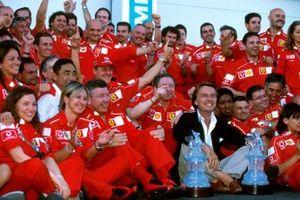 Michael Schumacher, Ferrari, fête sa victoire et son cinquième titre mondial avec Jean Todt, directeur Ferrari, Luca Di Montezemolo, président Ferrari, Ross Brawn, directeur technique Ferrari, et les membres de l'équipe