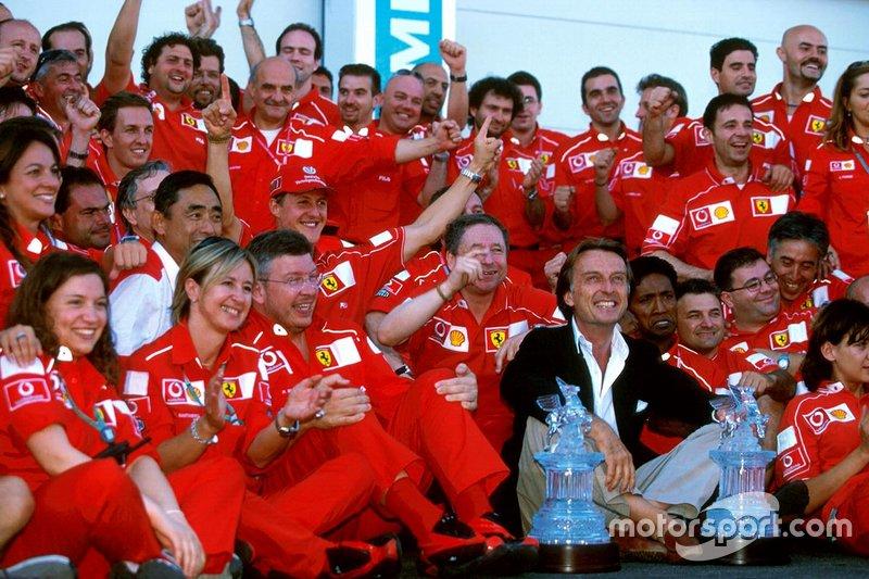 Yarış galibi Michael Schumacher, Ferrari ve Jean Todt, Ferrari Direktörü, Luca Di Montezemolo, Ferrari Başkanı, Ross Brawn, Ferrari Teknik Direktörü ve Ferrari ekibi 5. Dünya Şampiyonluğunu kutluyor