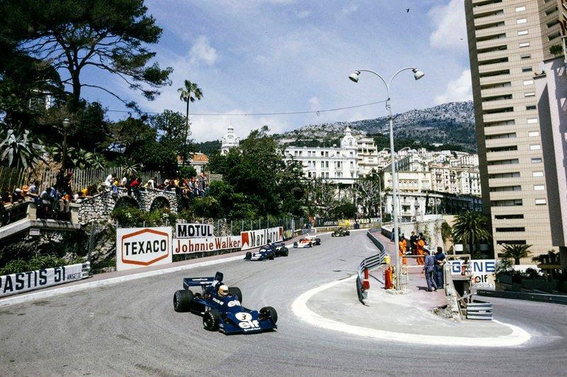 Jody Scheckter, Tyrrell 007 Ford davanti al compagno di squadra Patrick Depailler, Tyrrell 007 Ford, Mark Donohue, Penske PC Ford, e Ronnie Peterson, Lotus 72E
