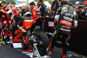 Jonathan Jonathan Rea, Kawasaki Racing Team inspecting Chaz Davies, Aruba.it Racing-Ducati Team tyre, World SBK