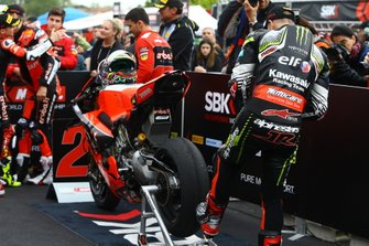 Jonathan Rea, Kawasaki Racing Team inspecting Chaz Davies, Aruba.it Racing-Ducati Team tyre