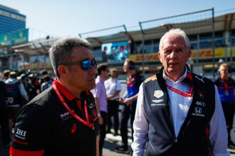 Masashi Yamamoto, General Manager, Honda Motorsport, and Helmut Markko, Consultant, Red Bull Racing, on the grid