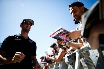 Romain Grosjean, Haas F1 firma un autógrafo para un aficionado