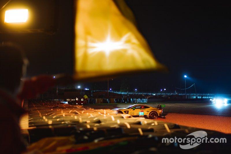 Авария Aston Martin Vantage на десятом часу гонки