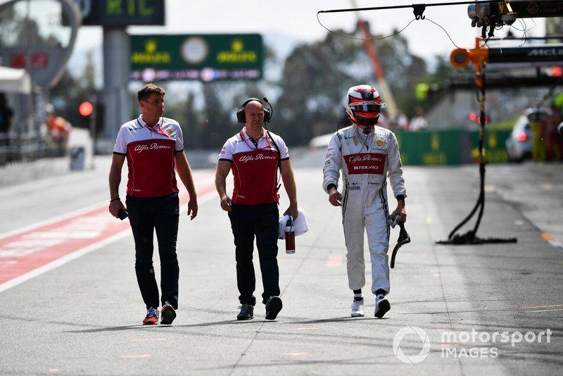 Kimi Raikkonen, Alfa Romeo Racing dans la voie des stands avec Mark Arnall
