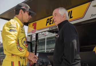 Roger Penske talks to Helio Castroneves, Team Penske Chevrolet
