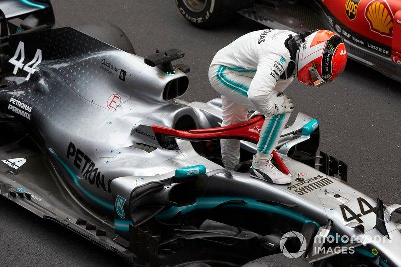 Lewis Hamilton, Mercedes AMG F1, prima posizione, festeggia all'arrivo al Parc Ferme