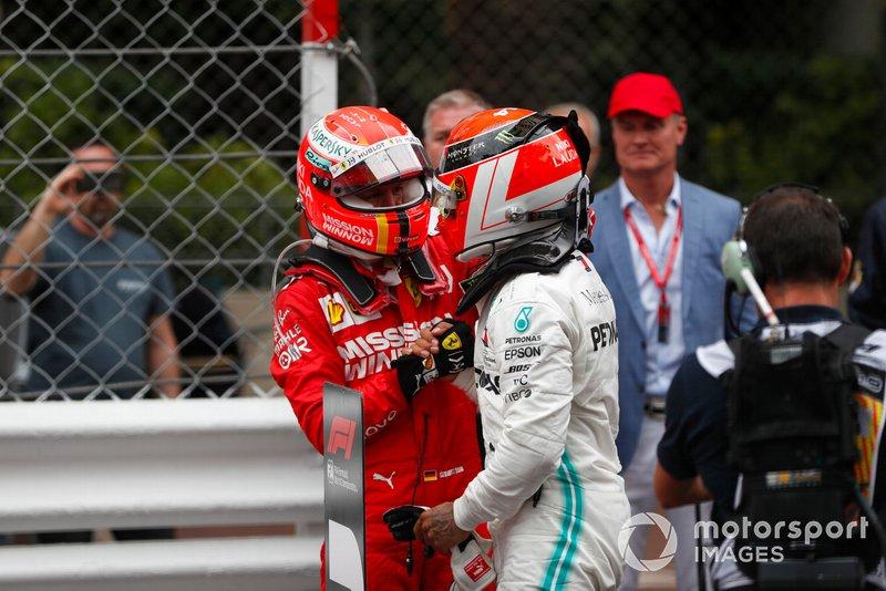 Lewis Hamilton, Mercedes AMG F1, prima posizione, riceve le congratulazioni di Sebastian Vettel, Ferrari, seconda posizione