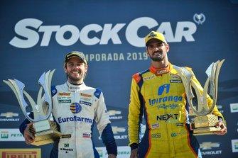 Ricardo Maurício e Thiago Camilo posam com seus troféus após vitórias em Londrina