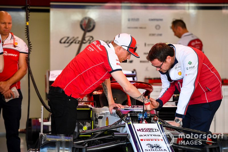 Kimi Raikkonen, Alfa Romeo Racing talking with engineer