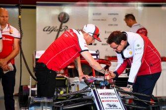 Kimi Raikkonen, rozmawia z inżynierem Alfy Romeo Racing