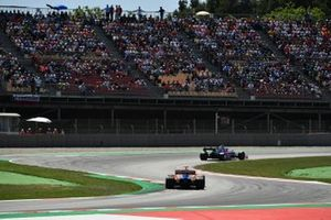 Alexander Albon, Toro Rosso STR14, devant Carlos Sainz Jr., McLaren MCL34
