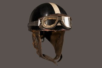 Helmet worn by motorcycle combination driver Hans Stärkle: inadequate safety measures, high speeds and treacherous road conditions called for nerves of steel