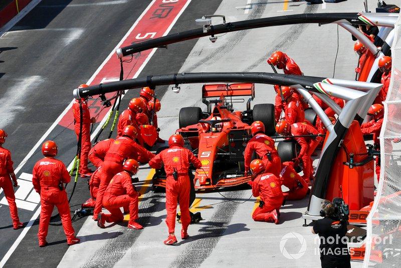 Sebastian Vettel parou primeiro e levou vantagem.