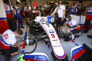 Механики работают с машиной Никиты Мазепина, Haas VF-21, в гараже