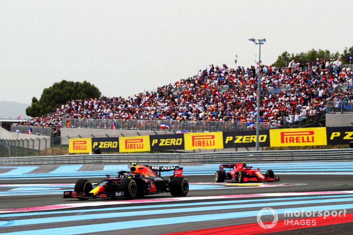Sergio Pérez, Red Bull Racing RB16B, Carlos Sainz, Ferrari SF21