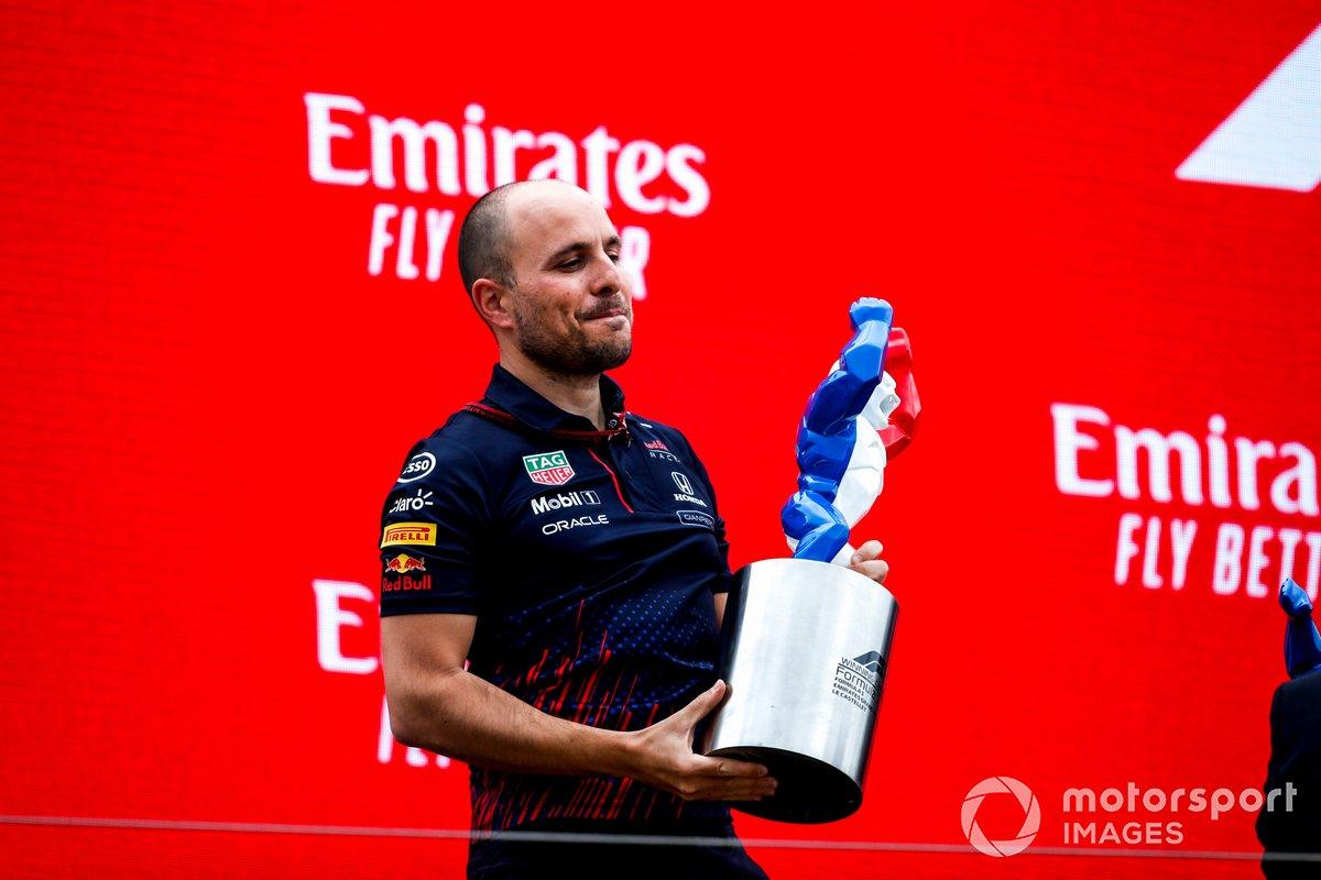 Gianpiero Lambiase, ingegnere di pista, Red Bull Racing, con il trofeo Costruttori