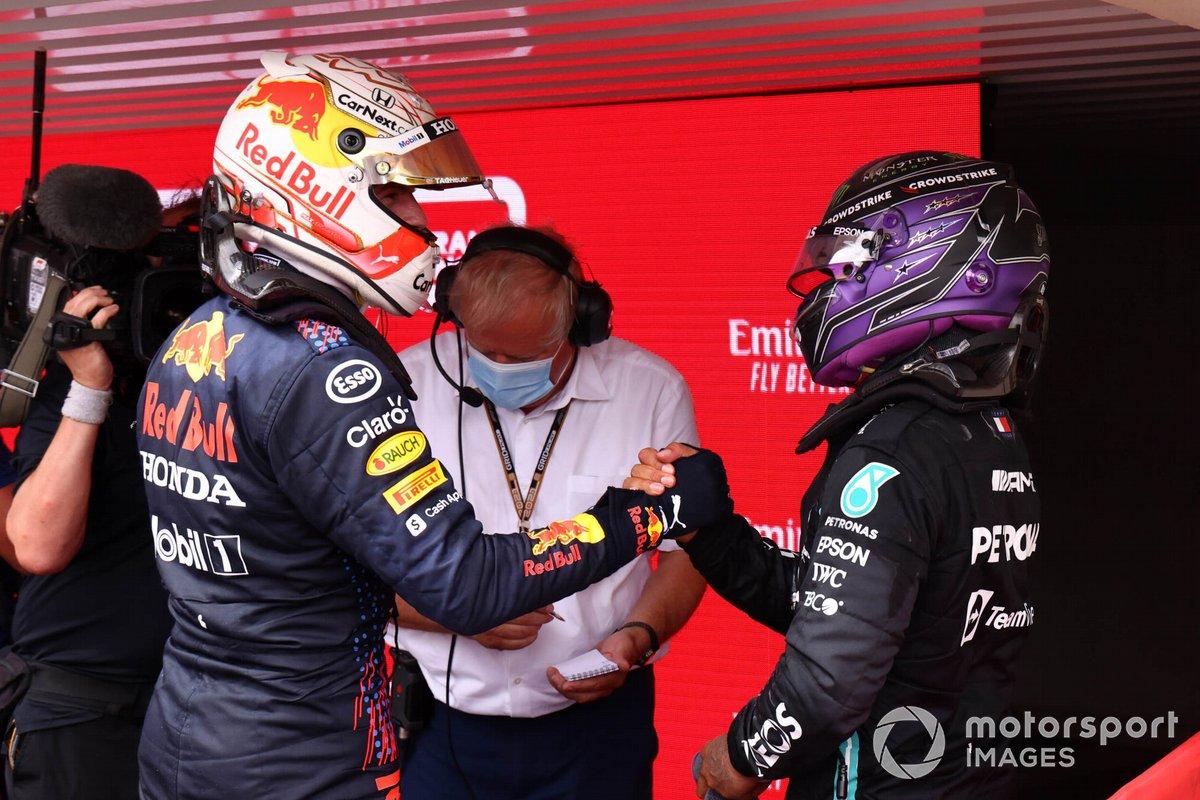 Max Verstappen, Red Bull Racing, 1° classificato, e Sir Lewis Hamilton, Mercedes, 2° classificato, si congratulano a vicenda nel Parco Chiuso