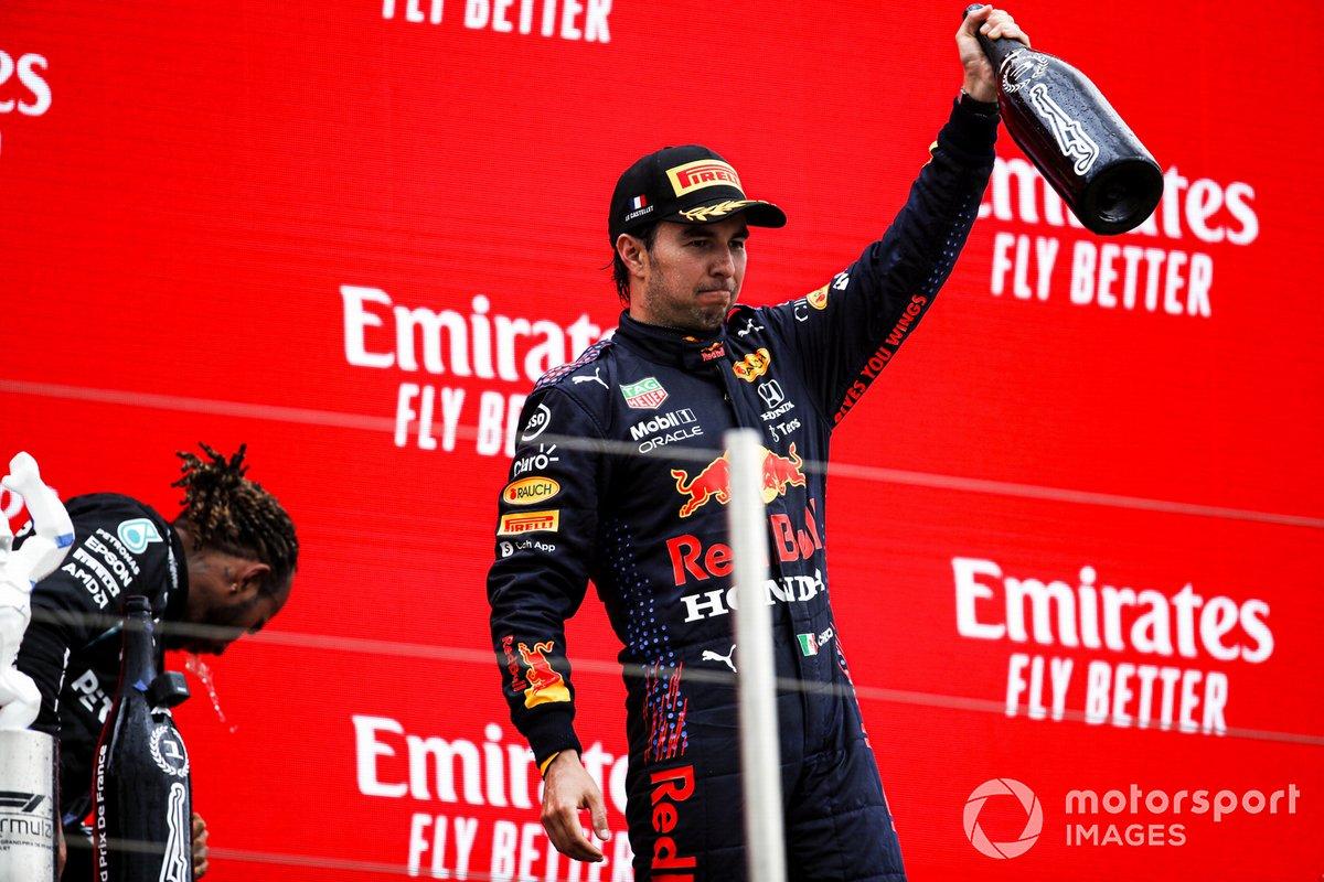 Sergio Perez, Red Bull Racing, 3° classificato, festeggia sul podio