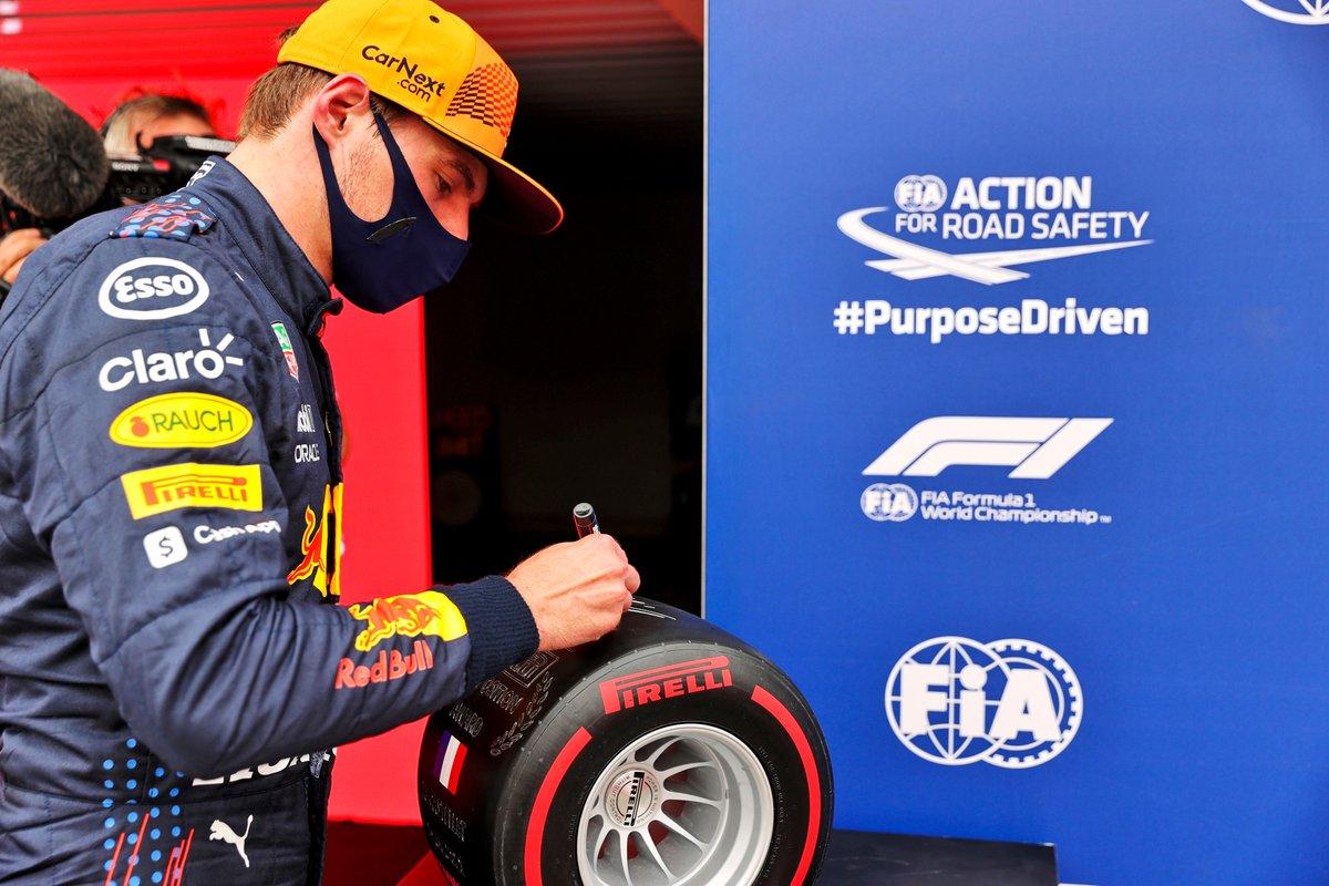 Ganador de la pole Max Verstappen, Red Bull Racing con el premio Pirelli Pole Position