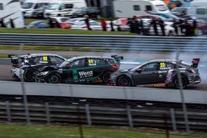 Jade Edwards, PHSC with BTC Racing, Glynn Geddie, Team HARD Cupra Leon, Andy Neate, Motorbase Performance Ford Focus ST, crash